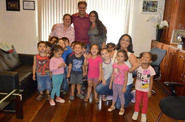 Gian recebe crianças