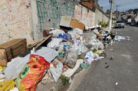 lixo na calçada.jpg
