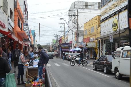 Ambulantes tomam conta da Avenida XV de Novembro em Ferraz (1).JPG