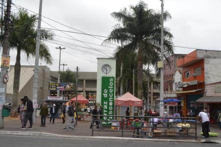 Vendedores informais montam barracas na Praça da Independência, no centro de Ferraz.JPG